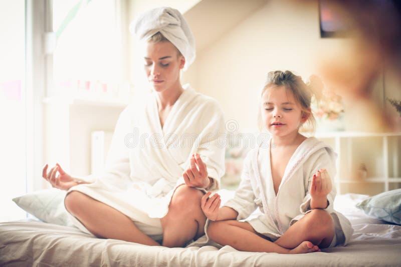 Mütter und Morgenprogramm des kleinen Mädchens lizenzfreies stockfoto
