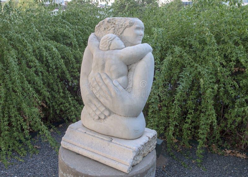 ` Mütterliches Liebkosung ` durch Eliseo S Garza, Texas Sculpture Garden, Hall Park, Frisco, Texas stockfotos