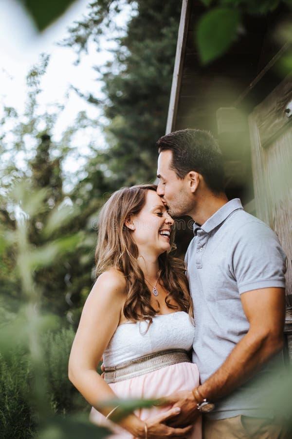 Mąż całuje jego ciężarnej żony na jej czole zdjęcia stock