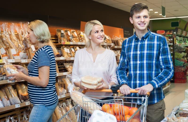 Mąż i żona kupować chleb w chlebowym dziale super fotografia stock