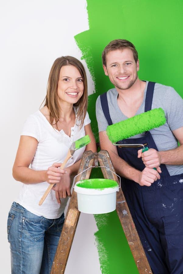 Mąż i żona robi DIY odświeżaniom zdjęcia royalty free