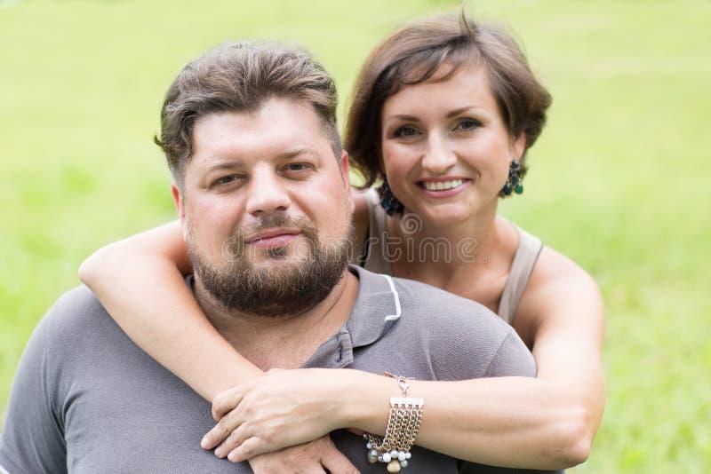 Mąż i żona w parku zdjęcia stock