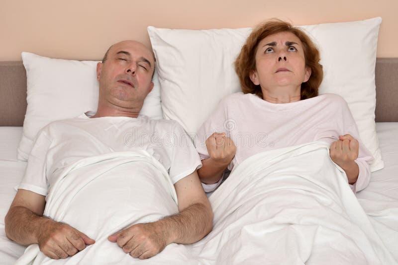 Mąż i jego gniewna żona w łóżku fotografia stock