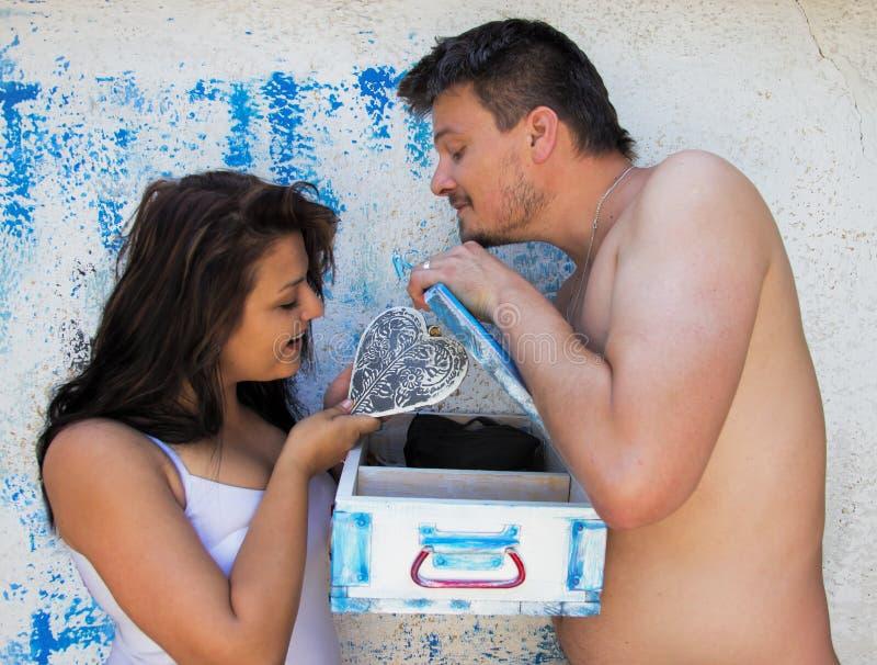 Download Mąż Pokazuje Kierowego Prezent Jego żona Zdjęcie Stock - Obraz złożonej z miłość, giza: 57652450