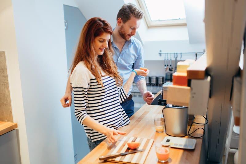 Mąż pomaga żona w kuchni zdjęcia stock