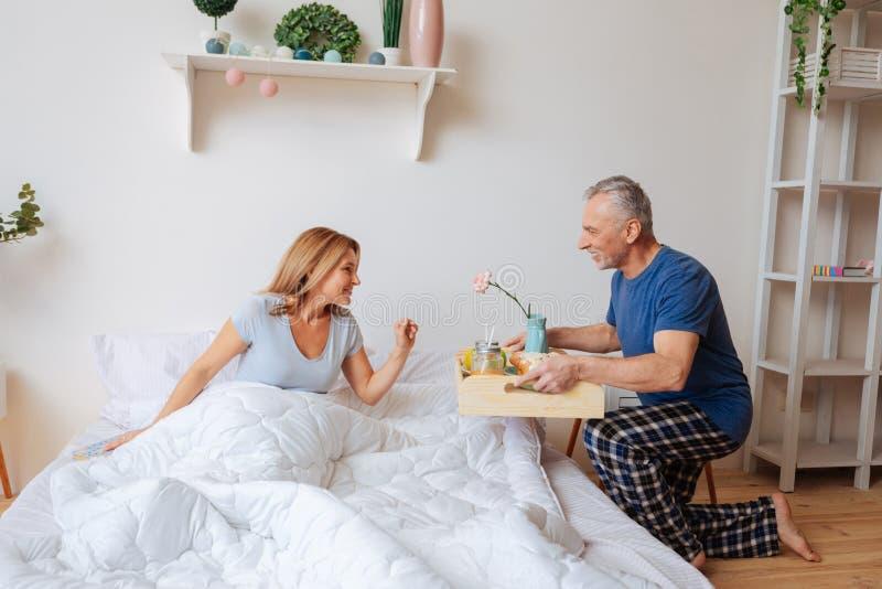 Mąż robi niespodzianki dowiezienia śniadaniu w ranku zdjęcie stock