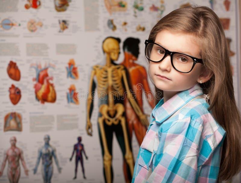Mądra ładna młoda dziewczyna w szkłach fotografia stock