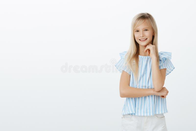 Mądra dziewczyna zna odpowiedź, chce sugerować ciekawego pojęcie Strzał mądrze modny dzieciak z blondynem wewnątrz obrazy royalty free