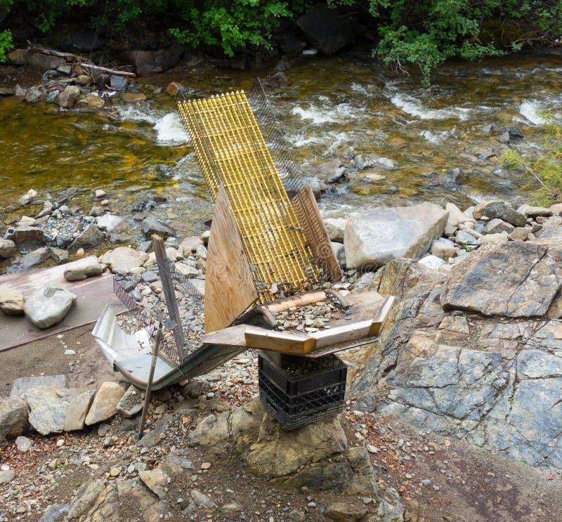 Mądry robić śluzy ustawianie obok rzeki w Alaska zdjęcie royalty free