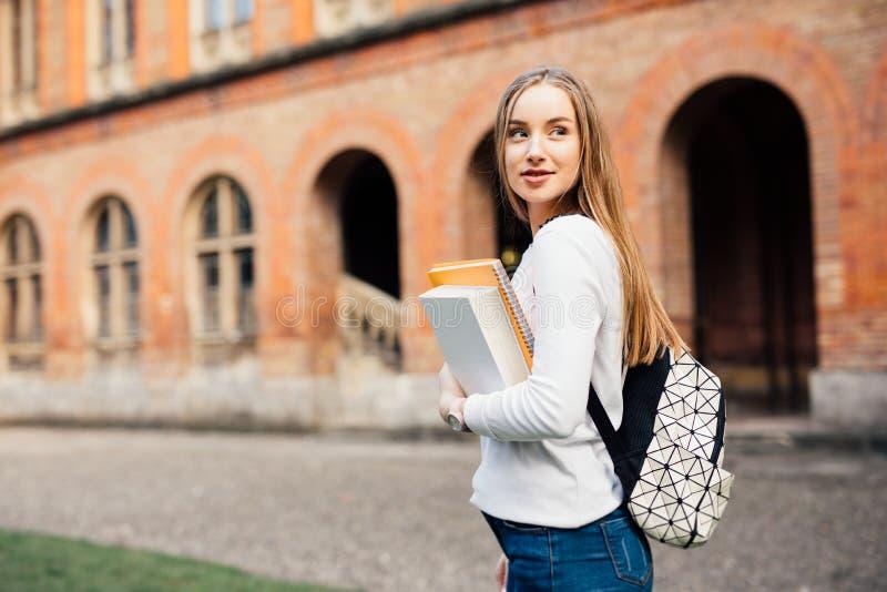 Mądrze żeński student collegu z torbą i książkami na kampusie outdoors zdjęcie royalty free