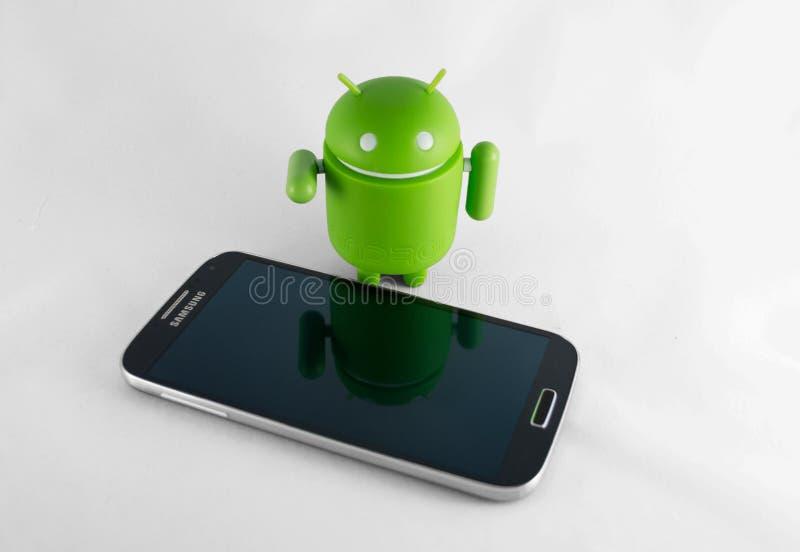 Mądrze android i telefon obrazy royalty free
