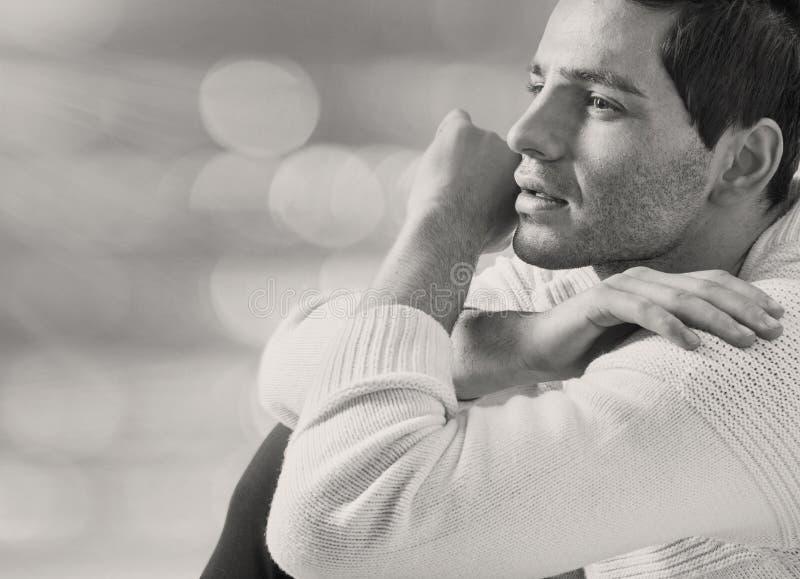Mądrze atrakcyjny facet w poważnej pozie fotografia stock