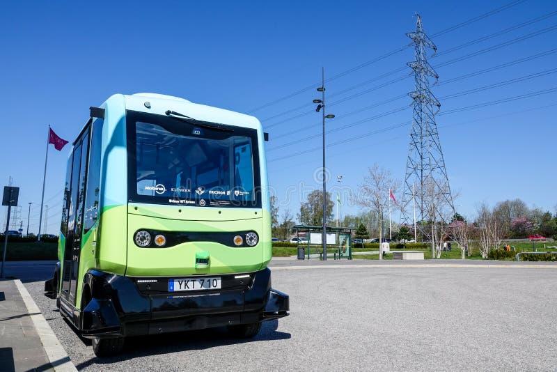 Mądrze Autonomiczni autobus, samochód przy autobusową przerwą/ obraz royalty free