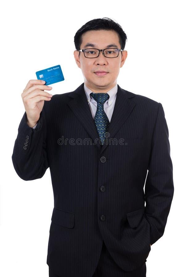 Mądrze Azjatycki Chiński mężczyzna jest ubranym kostium i trzyma kredytową kartę obraz stock