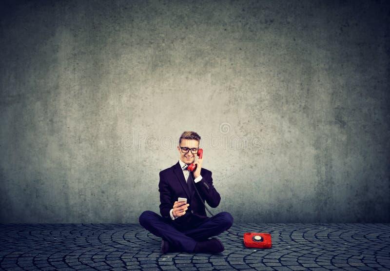 Mądrze biznesmena mówienie na telefonie używać wiszącą ozdobę zdjęcia royalty free