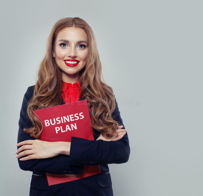 Mądrze biznesowej kobiety mienia plan biznesowy zdjęcie royalty free