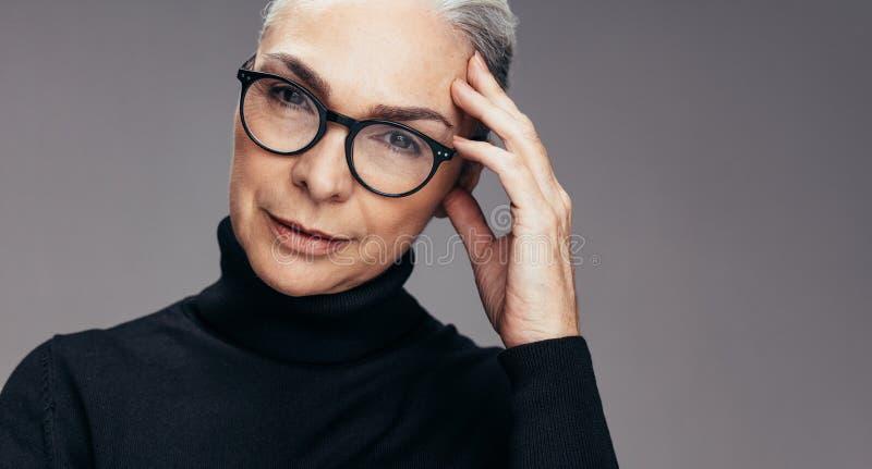 Mądrze dojrzała kobieta z eyeglasses obrazy royalty free
