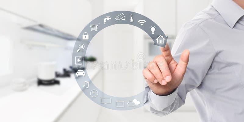Mądrze domowej automatyzacji kontroli ręki ekran dotykowy z białym symbo zdjęcie royalty free