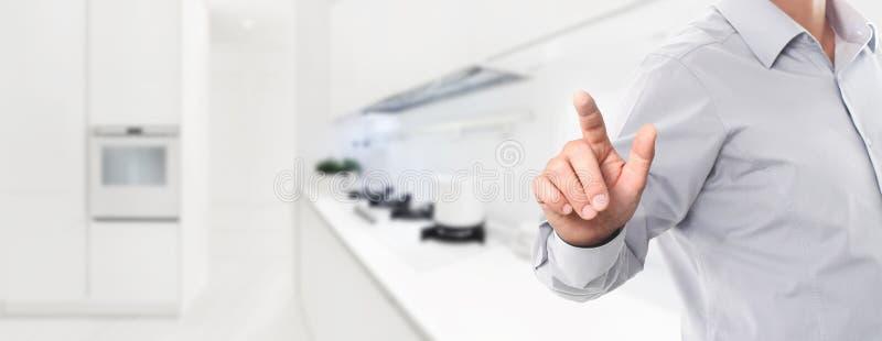 Mądrze domowej automatyzacji kontrolnego pojęcia ręki ekran dotykowy na kitch obrazy stock