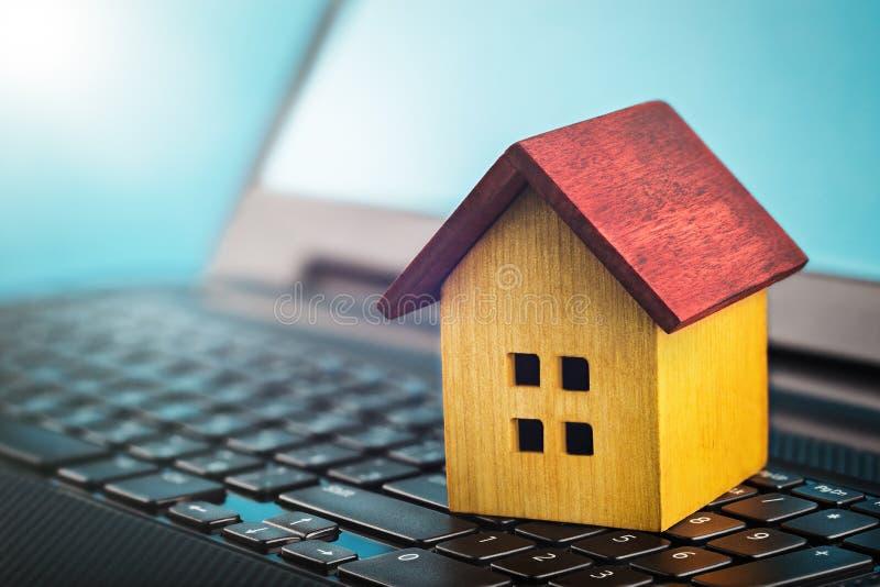 Mądrze domowy pojęcie, dom na laptop klawiaturze Pomysł dla mądrze domu, eco technologii i komputeru monitorowanie, nowożytna tec obraz royalty free