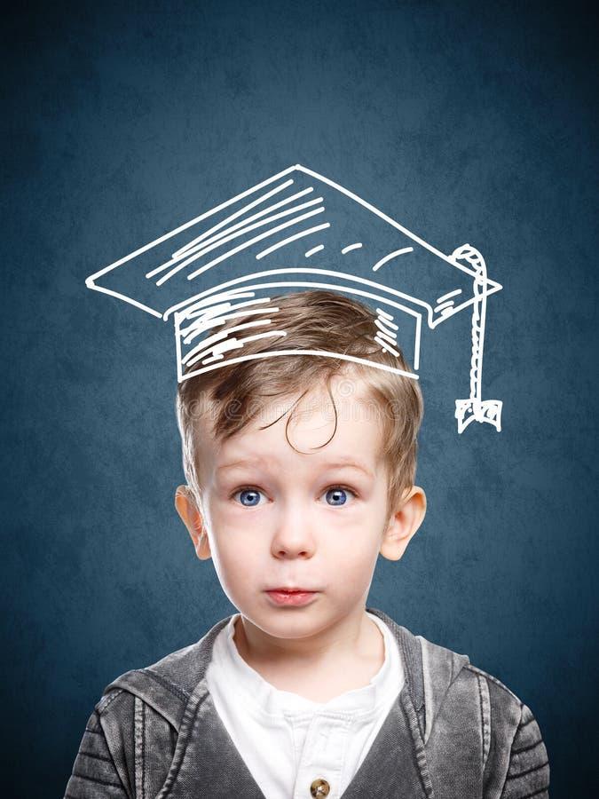 Mądrze dziecko w patroszonym studenckim kapeluszu obrazy royalty free