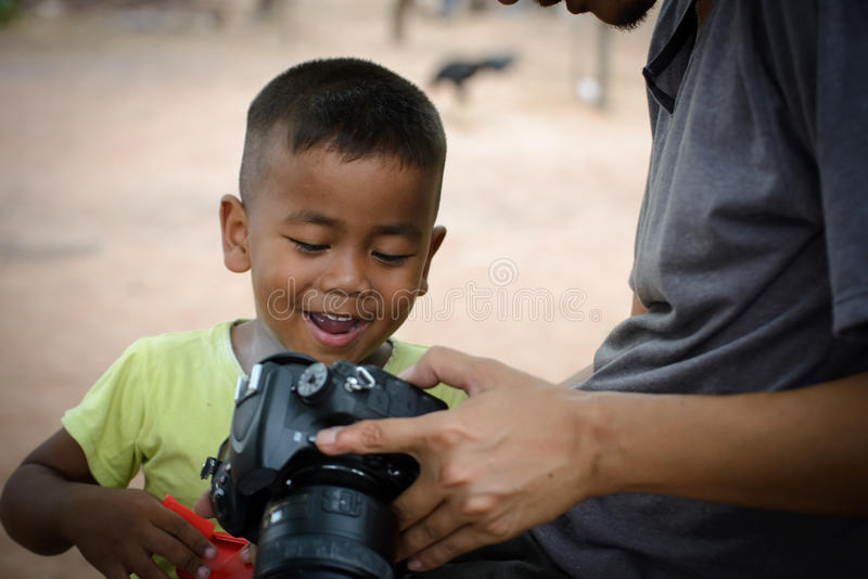 Mądrze fotograf i uśmiechnięta chłopiec fotografia royalty free