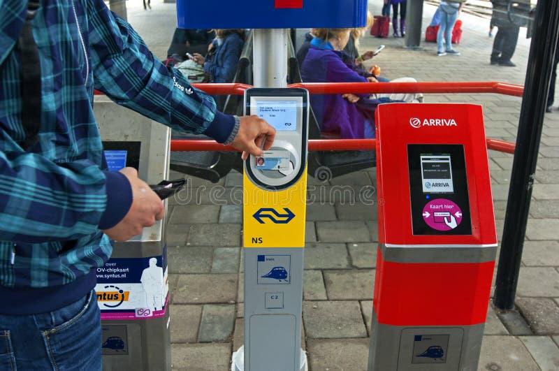 Mądrze fura czytelnicy na Holenderskiej staci kolejowej Zutphen zdjęcia royalty free