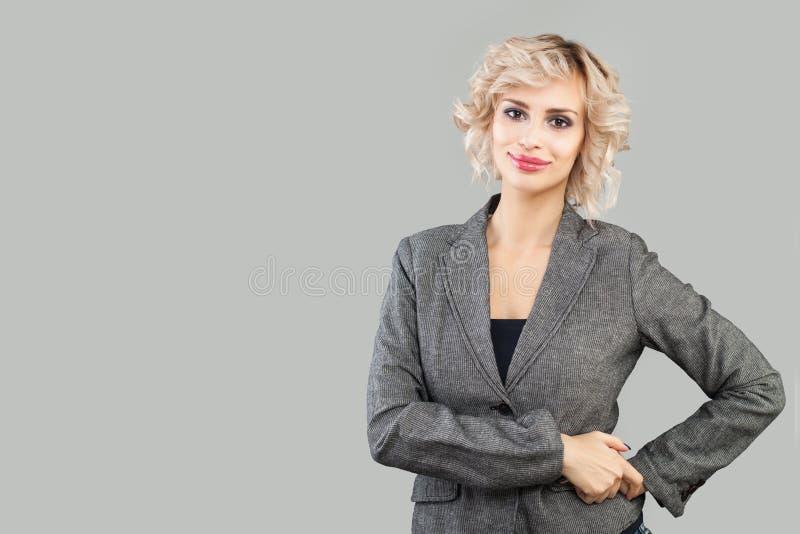 Mądrze kobieta ono uśmiecha się na białym tle Biznesowa kobieta w kostiumu portrecie fotografia stock