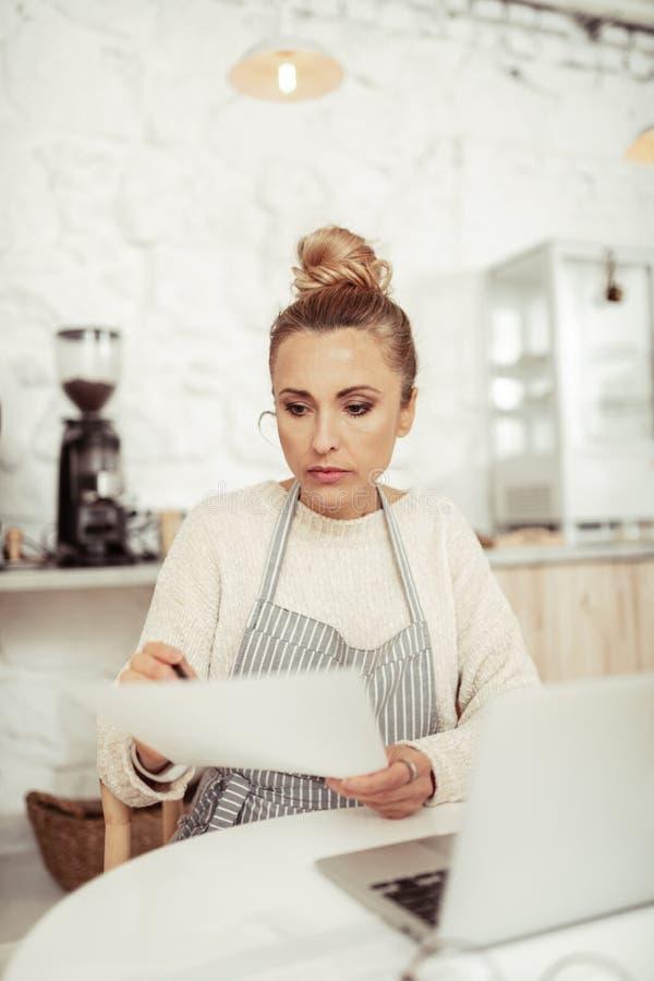 M?drze kobieta pracuje na rozwoju jej kawiarnia obrazy royalty free