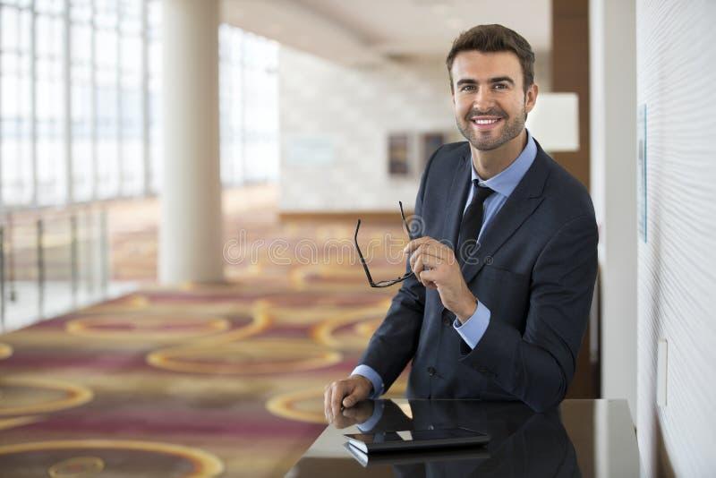 Mądrze Młody biznesmena portret przy hotelem zdjęcia royalty free