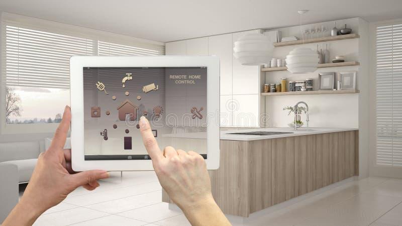 Mądrze pilota domu system kontrolny na cyfrowej pastylce Przyrząd z app ikonami Nowożytna kuchnia z półkami i gabinetami w obraz stock