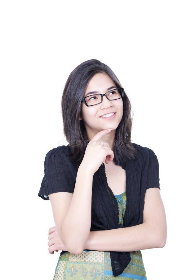 Mądrze przyglądająca młoda biracial nastoletnia dziewczyna patrzeje oddolny z smili obrazy stock