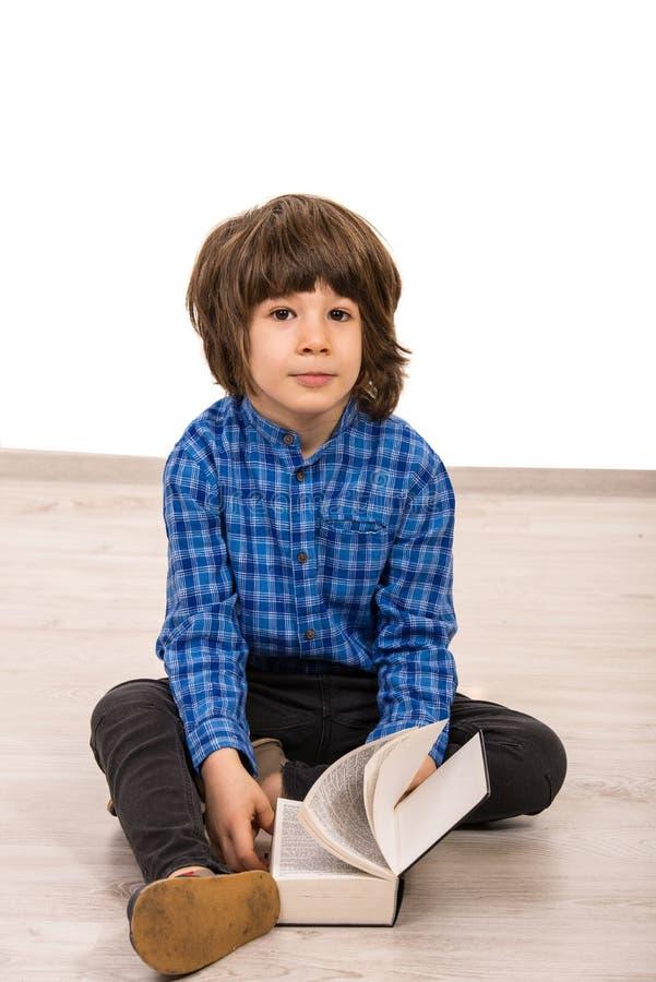 Mądrze przypadkowa chłopiec z książką fotografia royalty free
