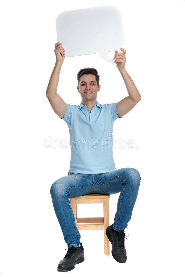Mądrze przypadkowy mężczyzna trzyma pustego mowa bąbel obraz stock