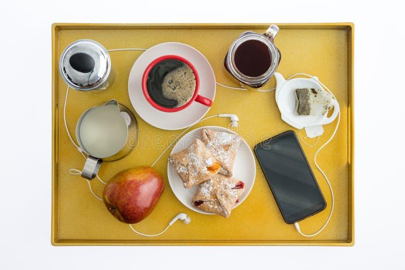 Mądrze telefon z Earbuds na Śniadaniowej tacy fotografia royalty free