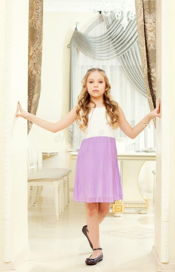 Mądrze ubierająca dumna dziewczyna pozuje w restauraci obrazy royalty free