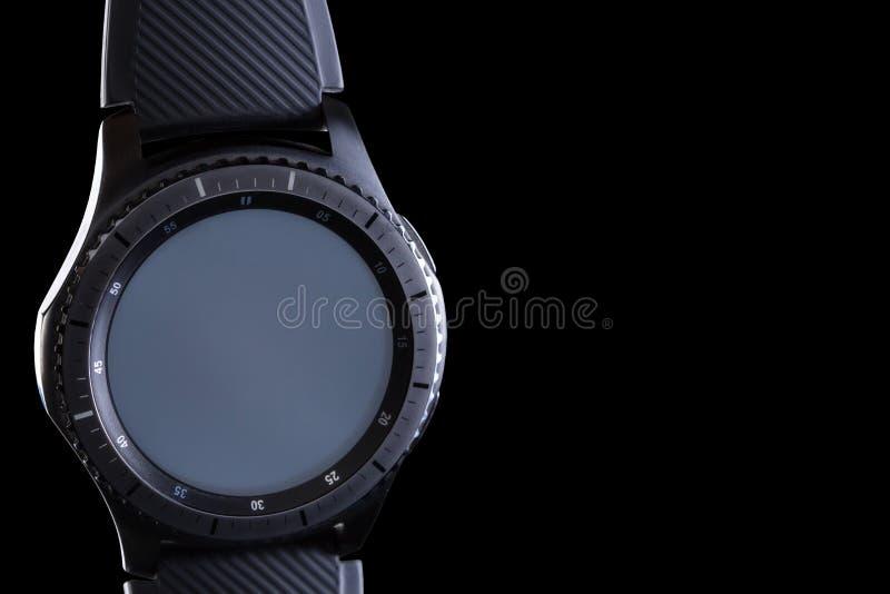 Mądrze zegarek z pustą tarczą na czarnym tle fotografia stock