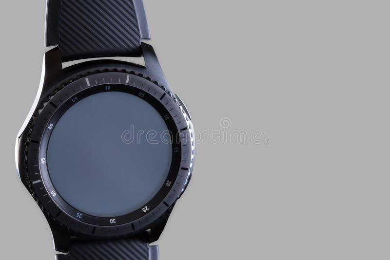 Mądrze zegarek z pustą tarczą na szarym tle obraz royalty free