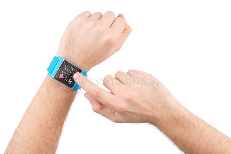 Mądrze zegarek z sprawnością fizyczną app na męskich rękach obrazy stock
