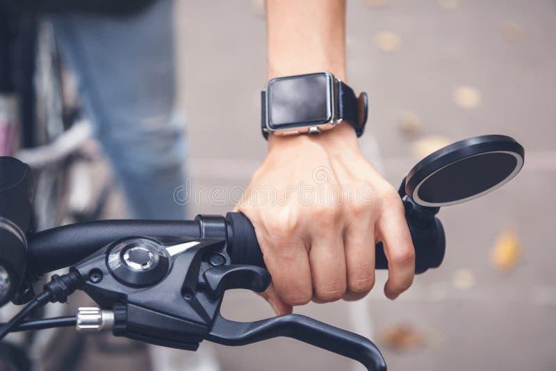Mądrze zegarki pomagają cyklisty na ulicie, ręka w clo zdjęcia stock