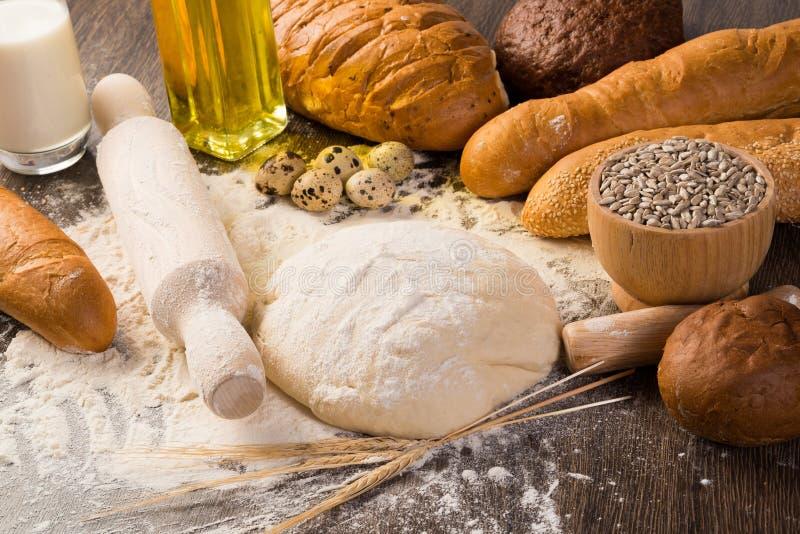 Mąka, jajka, biały chleb, pszeniczni ucho zdjęcia stock
