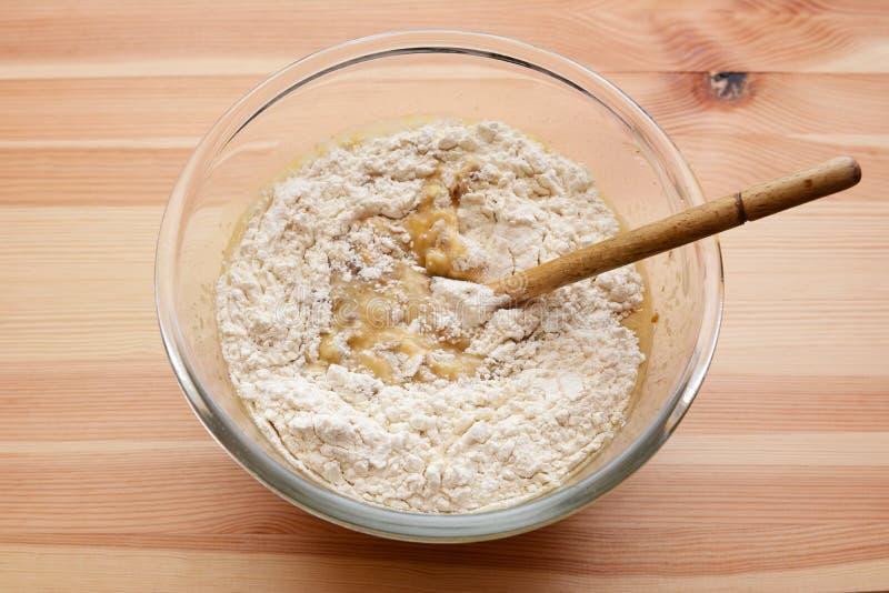 Mąka miesza w ciasto naleśnikowe dla bananowego chleba obraz royalty free