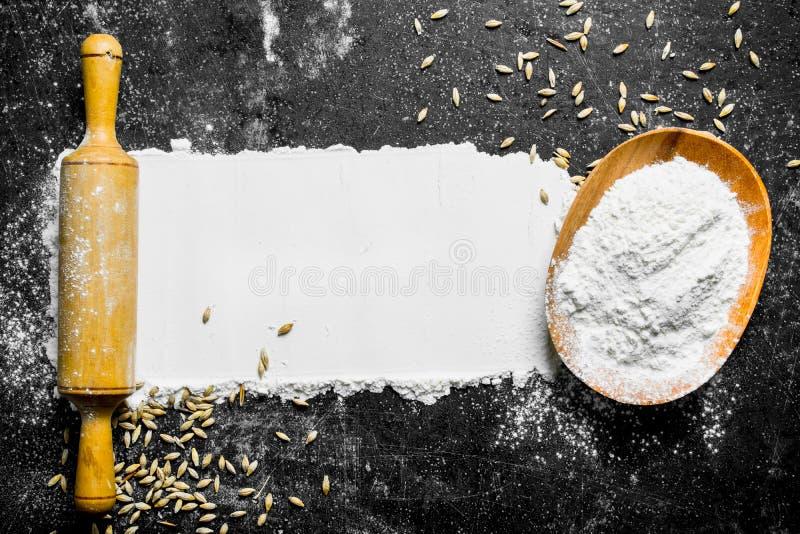 Mąka z zbożową i toczną szpilką zdjęcie stock