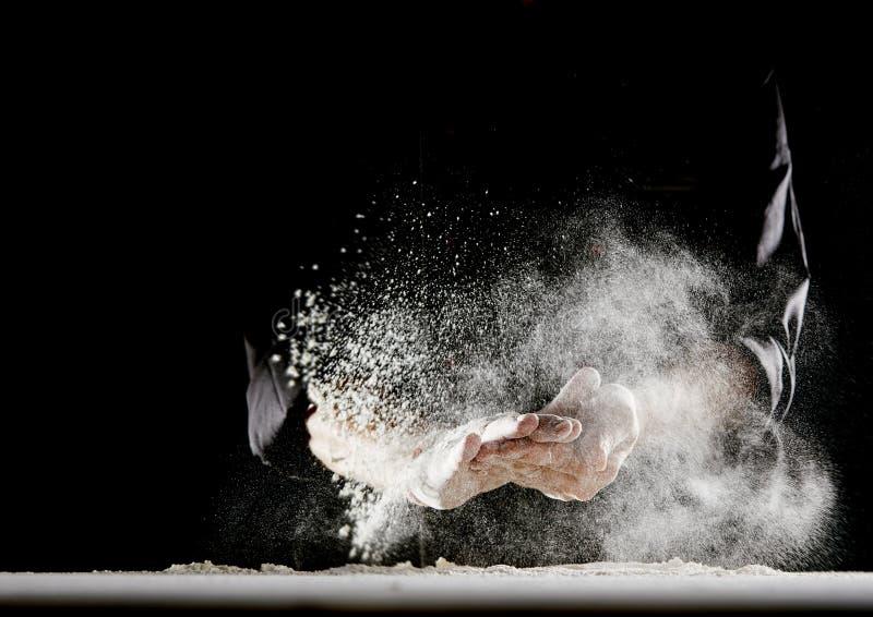 Mąki latanie w powietrze jako mężczyzna wyciera daleko jego ręki zdjęcia stock