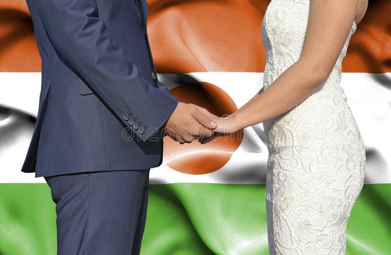 Męża i żony mienia ręki - Konceptualna fotografia małżeństwo w Niger obrazy stock