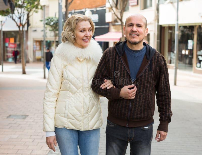 Męża i blondynki żona ma spacer zdjęcia royalty free