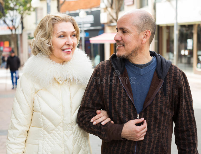 Męża i blondynki żona ma spacer fotografia royalty free