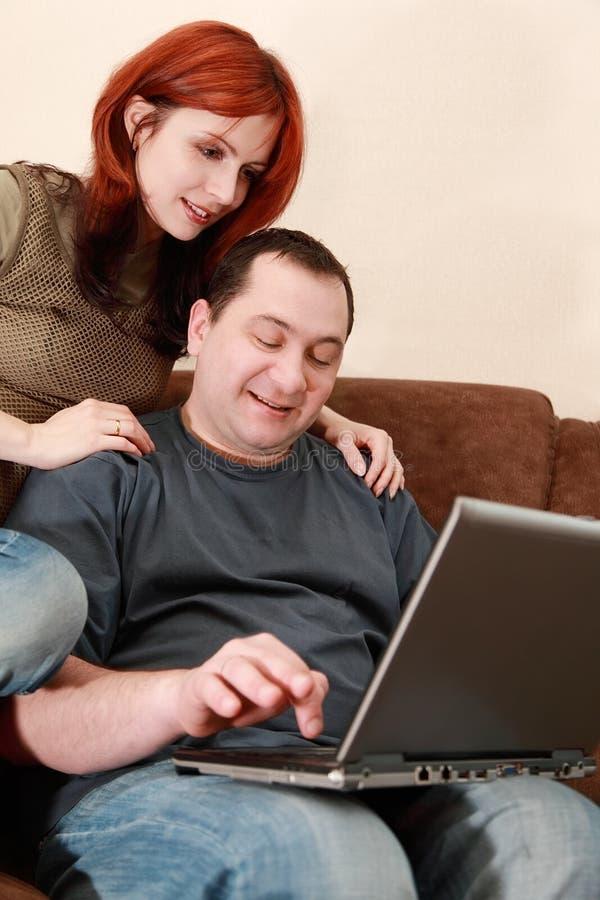 męża laptopu przyglądająca parawanowa żona obraz royalty free