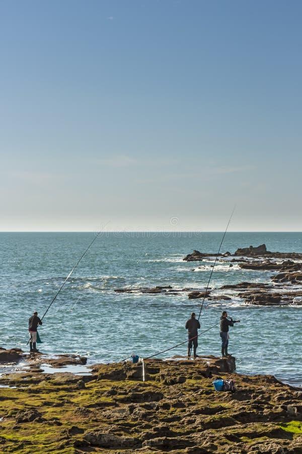 Mężczyźni łowi z skał Paseo Fernando chinony w Cadiz obraz royalty free