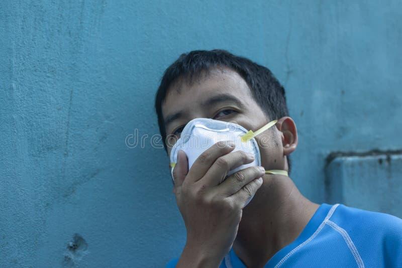 Mężczyźni jest ubranym zanieczyszczenie maski i małego pył zdjęcie royalty free